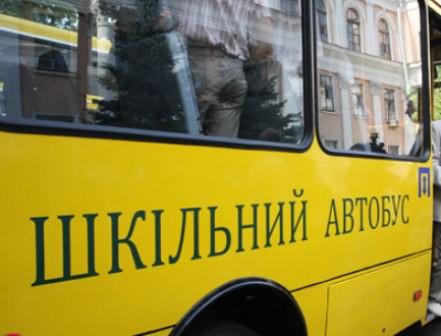 Рятувальники визволили зі снігового замету шкільний автобус