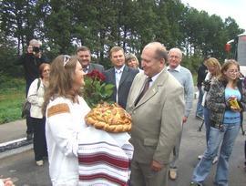 Представників мас-медіа зустріли хлібом-сіллю та щирою українською піснею